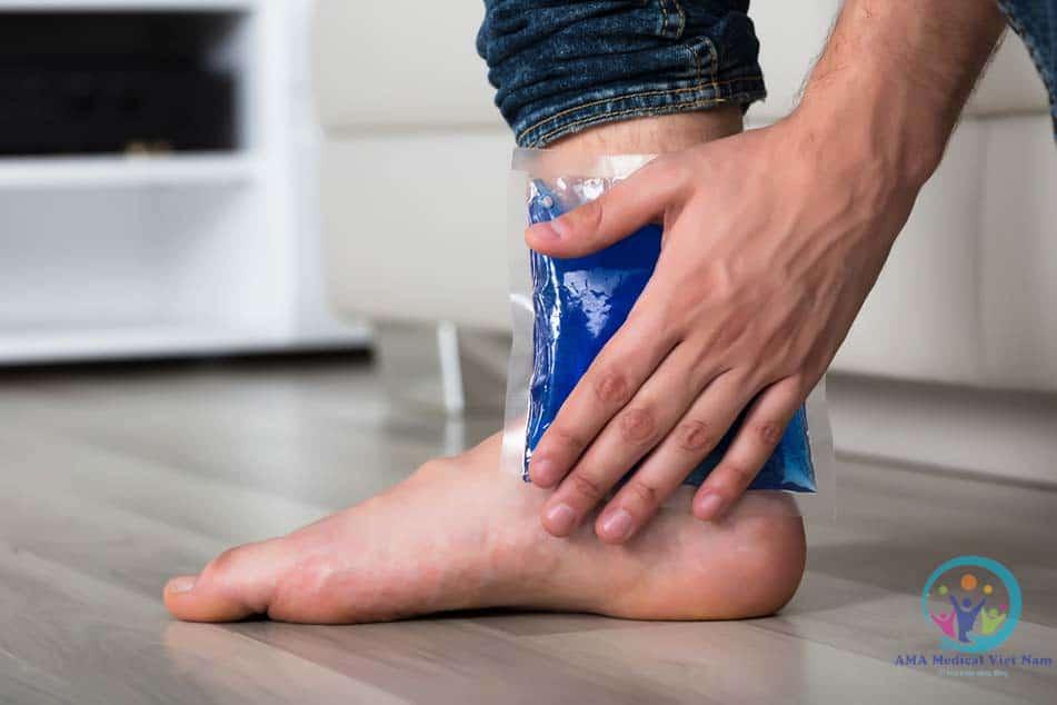 Khi bị trẹo chân thì người ta sẽ dùng đá để chườm lạnh